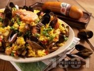 Паеля от бял ориз със зеленчуци, шафран, морски дарове (скариди, миди, октопод) и наденица